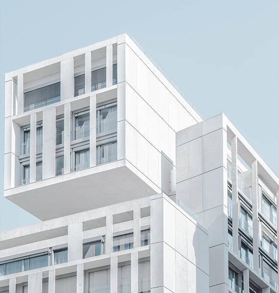 Ein weißes modernes Bürogebäude