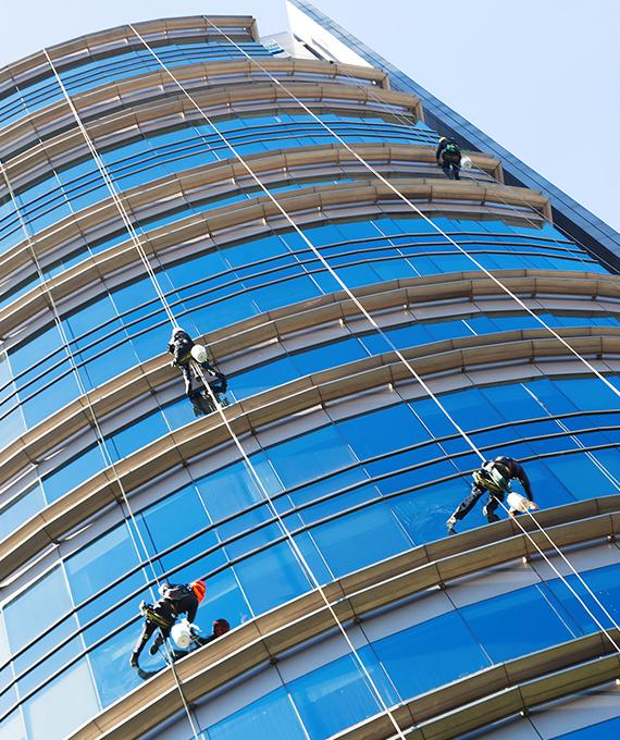 Reinigungskletterer während der Außenreinigung eines Gebäudes