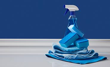 Blaue Reinigungsmittel auf hellem Untergrund
