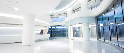 Eingangshalle eines modernen Bürogebäudes