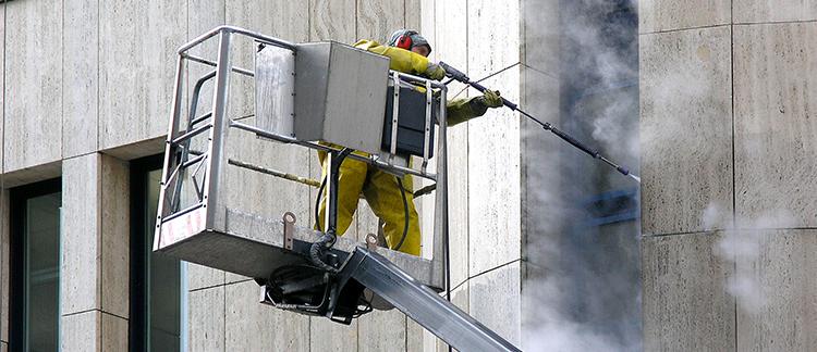 Mitarbeiter führt eine Dampfstrahlreinigung durch