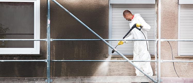 Mitarbeiter reinigt eine Fassade