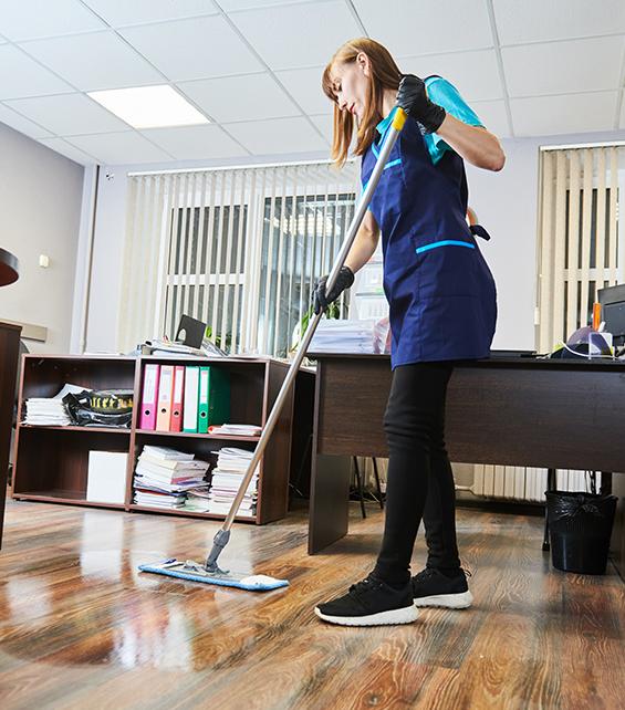 Mitarbeiterin wischt den Boden