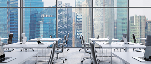 Ein gesäubertes Bürozimmer mit Ausblick auf die Stadt
