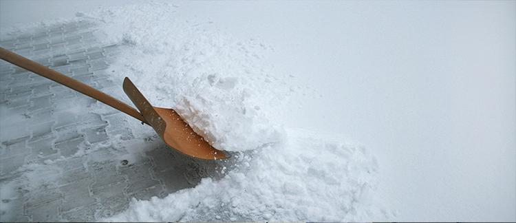 Eine Schneeschaufel im Schnee