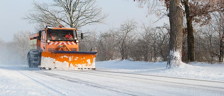 Ein Schneepflugfahrzeug auf einer Straße